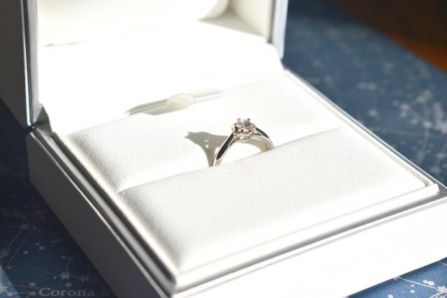 ダイヤのみの婚約指輪とは?