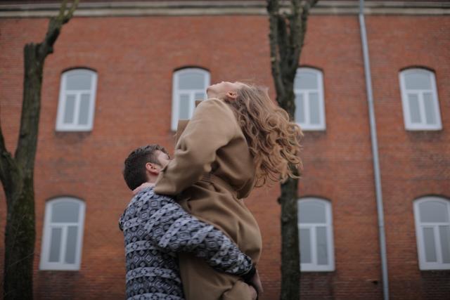 男性が「服の上から抱き締める」のが好きな理由