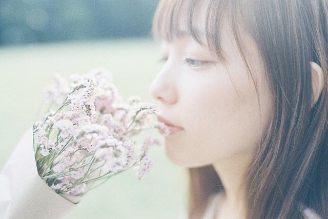 不器用な性格が理由で恋愛が上手くいかず悩んでいる若い女性