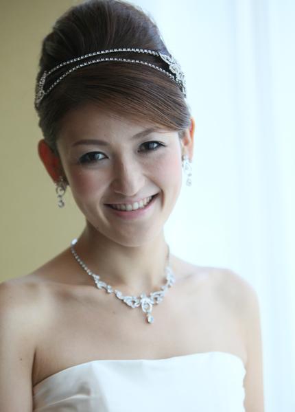 カチューシャ風の髪飾りは清楚なドレスにぴったり☆