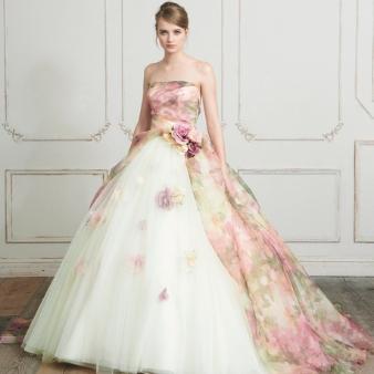 (2)清楚な雰囲気のピンクの花柄ドレス