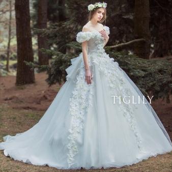 【花の白ドレス】妖精のようなオフショル付きのお花ドレス(税込16万6,298円)