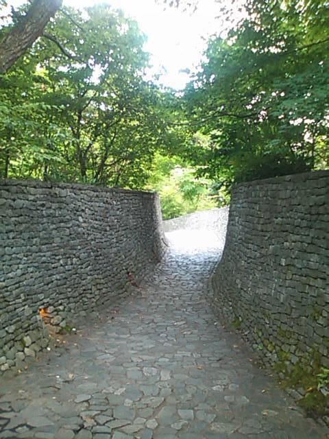 石の教会散策路入口.jpg