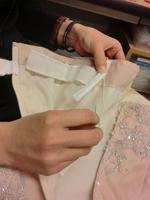 ドレスの脇部分に付ける10センチ程の棒状の小物です