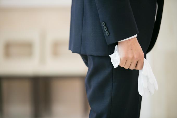 これもまた同じような意味があり、バージンロードを一緒に歩く際に白いグローブを持つことによって、