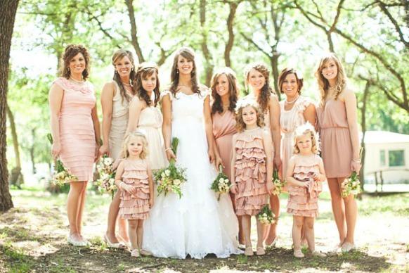 結婚式では、白はNGとか、お葬式では黒を着るとか・・・・ 通常は、場所や雰囲気に応じて服装を規定するものです