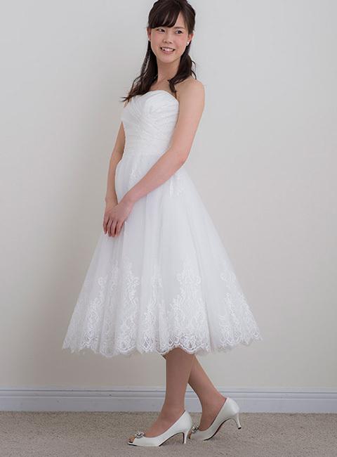 3440b6e474051 2次会・ウェルカムパーティーなどにパーティードレスをお召頂く方が多いかと思いますが、 最近ですと上品で大人の落ち着き感を演出してくれるミモレ丈のドレスが人気  ...