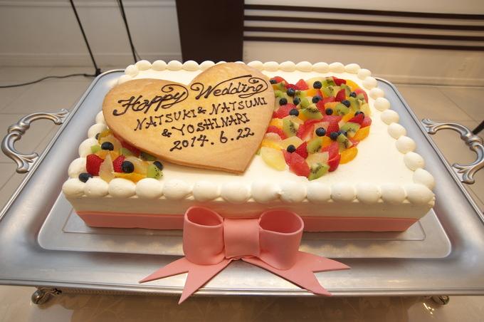 ーとこちらはハートとリボンをあしらったとてもかわいらしいウェディングケーキ。