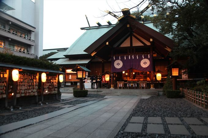 東京大神宮マツヤサロンでの1番遅い時間の挙式は 530~ですが、 これからの時期は530にはすっかり暗くなってきます。 そんな時期に、挙式 に向かう参進の儀の際に