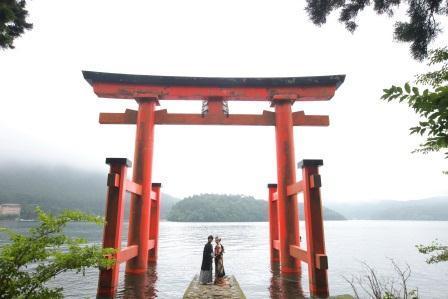 20131025箱根神社新郎新婦平和の鳥居顔正面.jpg