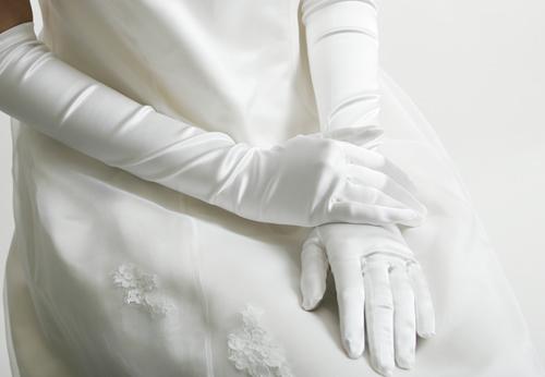 ララシャンスブログをご覧の皆様こんにちは夕焼けのきれいな富山からお送りいたします本日は、結婚式に欠かせないアイテムのひとつ、「グローブ」について取り上げたい