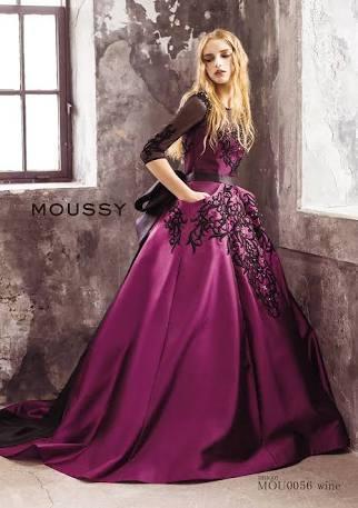 濃い紫に黒の刺繍が美しい大人の雰囲気のドレスです。 moussyらしい個性的なデザインとなっており、バックには大きなリボンがあしらわれております。