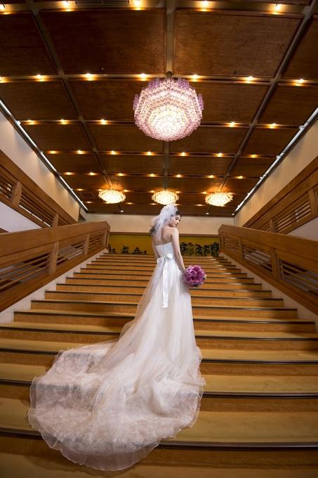 大階段☓白ドレス.jpg
