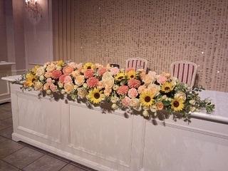 お花以外でも、装花の周りに小物を配置して季節感やお二人らしさをだすこともできます!