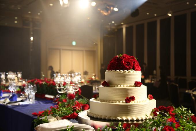 お部屋の装飾が青をベースとしたシックで落ち着いたパーティー会場ですので、 雪のように真っ白なウェディングケーキがとても綺麗に映えます。