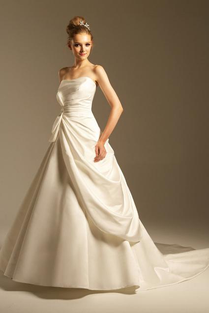 ベルライン スカートのシルエットが鐘のような形状になっています。 お姫様のような可憐で可愛いイメージのラインです