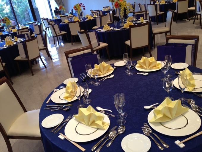 今日はテーブルコーディネートをご紹介いたします大人っぽいネイビーのテーブルクロスに黄色いトーション披露宴直前には、各テーブルに生花が飾られます。