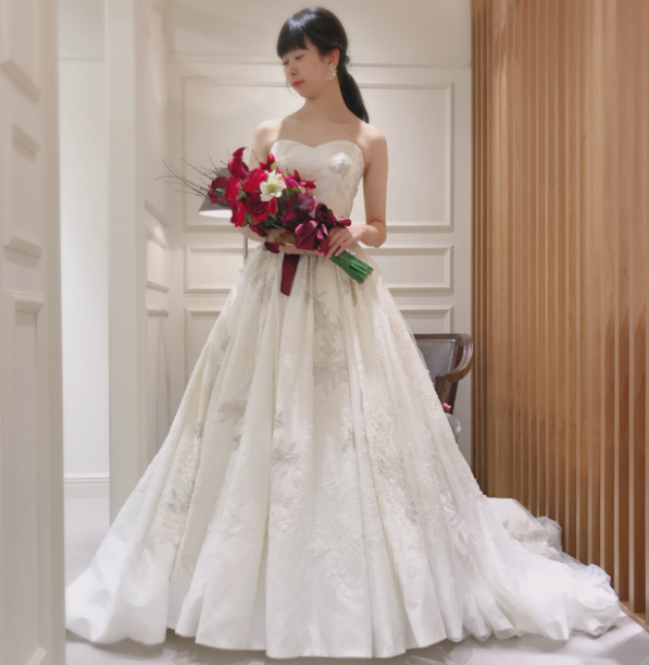 9023a70a7fdfe FioreBiancaオリジナルドレスのこちらの一着、とても印象的なリーフの刺繍と美しいバターンのデコルテデザイン、そしてタフタのような独特の質感が、花嫁様を誰よりも  ...