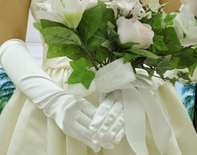 という花嫁から、花婿に向けての誓いの意味が込められています。 ちなみに、花婿が手に持つグローブの意味